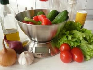 Измерение веса продуктов на кухонных весах